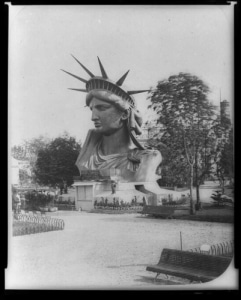 La tete de la Statue de la Liberte a Paris